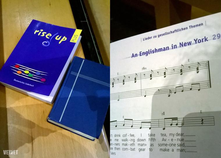 A Rise Up énekeskönyv és a hagyományos énekeskönyv, illetve a Rise Up azon oldala, ami az An Englishman in New Yorkot tartalmazza.