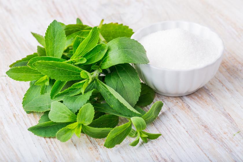 A stevia növényből nyert édesítő, nem tartalmaz kalóriát, ám kissé kesernyés utóíze van. Glikémiás indexe 0.