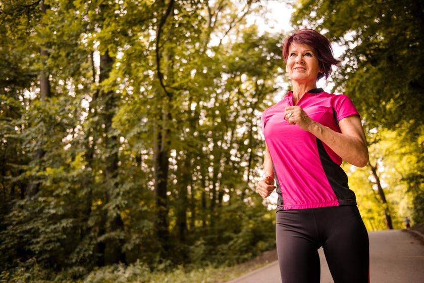 közékorú futó nő