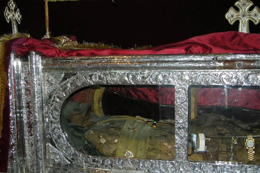 Szent Gerasimos, Kefalónia védőszentje 1506-ban született, zarándokútjai után telepedett le Kefalóniában. 1560-ban zárdát alapított.Célja a szegények és betegek segítése és gyógyítása volt.