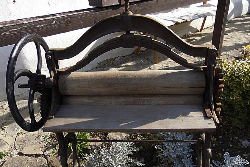 A mángorlót centrifuga helyett használták. A két fahenger közé becsúsztatták a vizes ruhát, és oldalt tekerve a kereket kinyomták az anyagból a nedvességet.