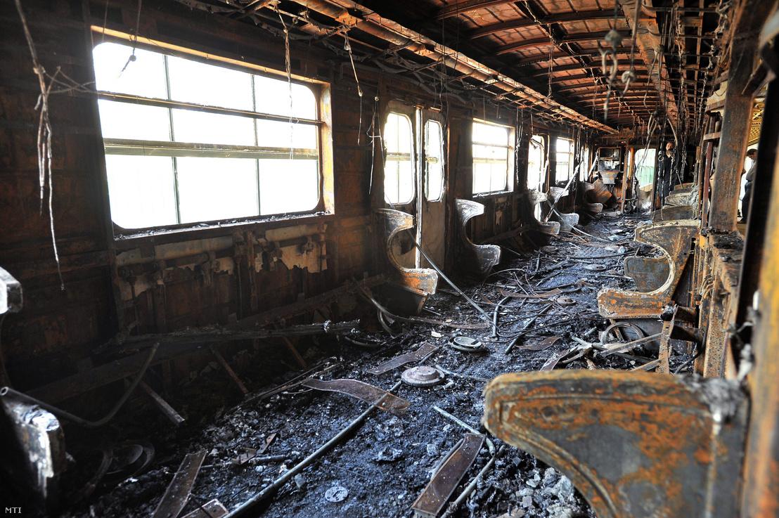 2011. április 19-én kiégett metrókocsi