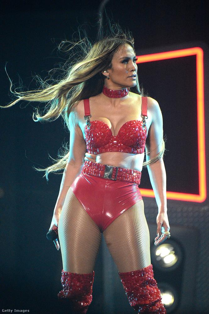 Mert nem csak ilyen drámai pózokat vett fel Jennifer Lopez az aznapi műsorban.