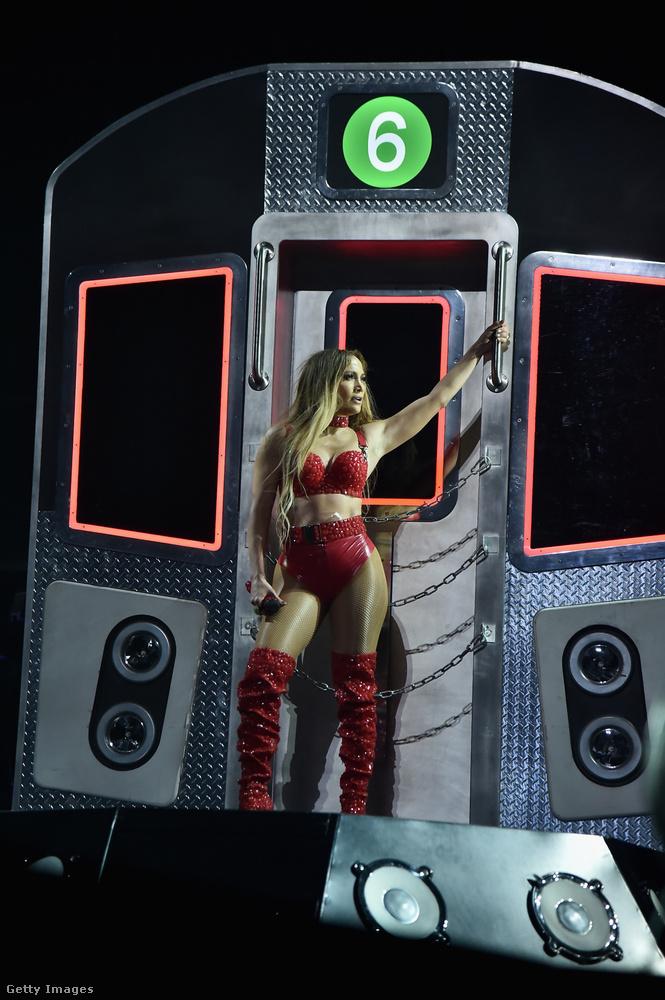 Ez a díszlet a hatos vonatot ábrázolja, erről nevezte el Jennifer Lopez első, 1999-es albumát On the 6-nek