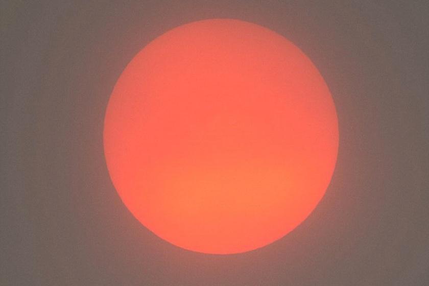 A britek nem nagyon szokták ilyen gyönyörű narancsos-bíbor árnyalatban látni a napot a komor égboltú szigetország felett.