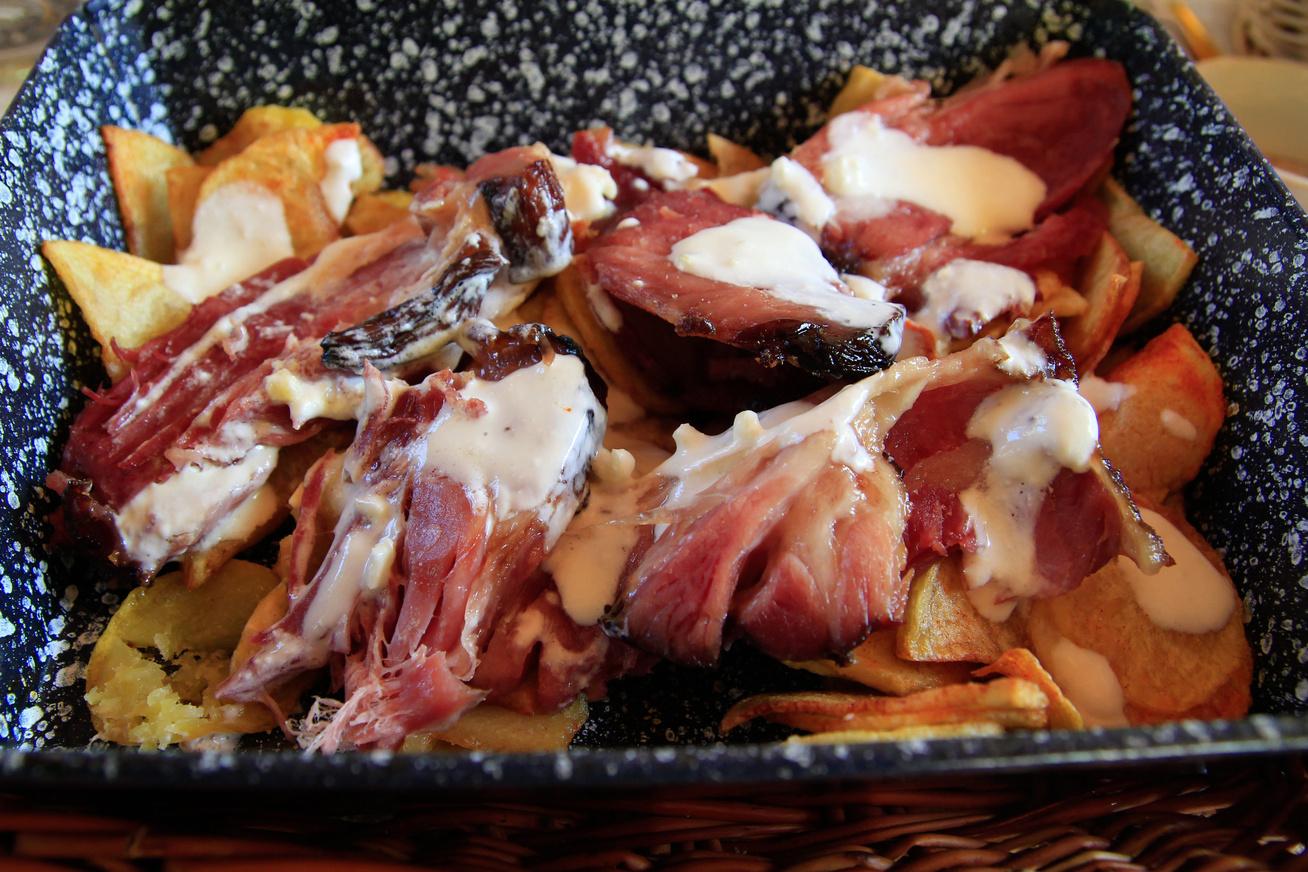 Ropogós-omlós sertéscsülök sült krumplival - A hús szétolvad a szádban
