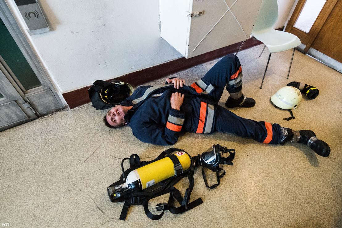 Tűzoltó pihen a célban a katasztrófavédelem nyolcadik alkalommal megrendezett országos lépcsőfutó bajnokságán a Semmelweis Egyetem Nagyvárad téri épületében 2017. szeptember 23-án.