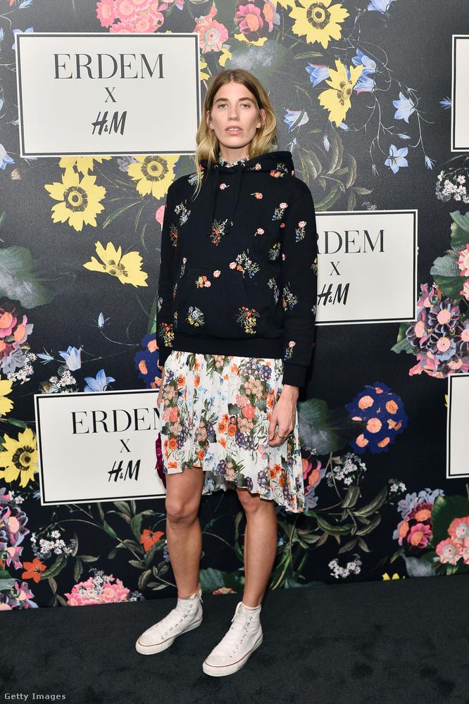 A német blogger, Veronica Heilbrunner a kollekció virágmintás kapucnis pulóverét viselte a Los Angeles-i bulin.
