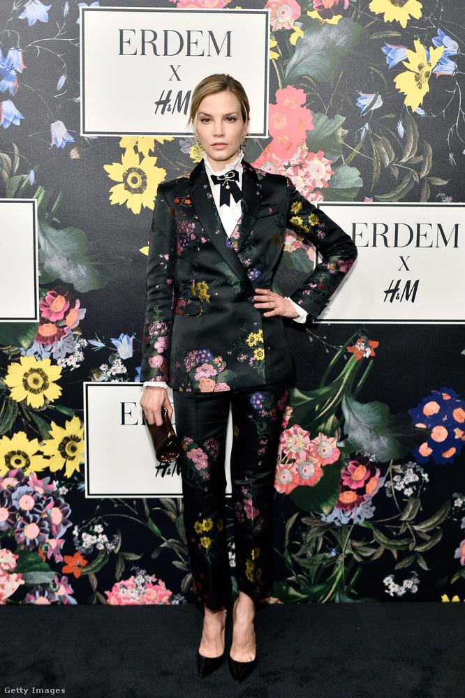 Sylvia Hoeks holland színésznő virágos nadrágkosztümben érkezett az eseményre.