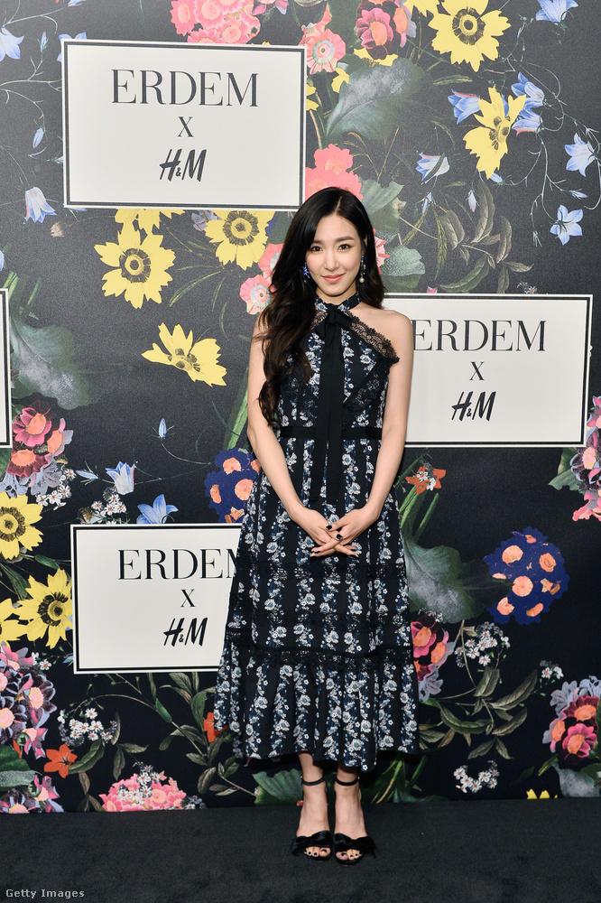 Fekete-fehér virágos ruha Tiffany Hwang énekesnőn.