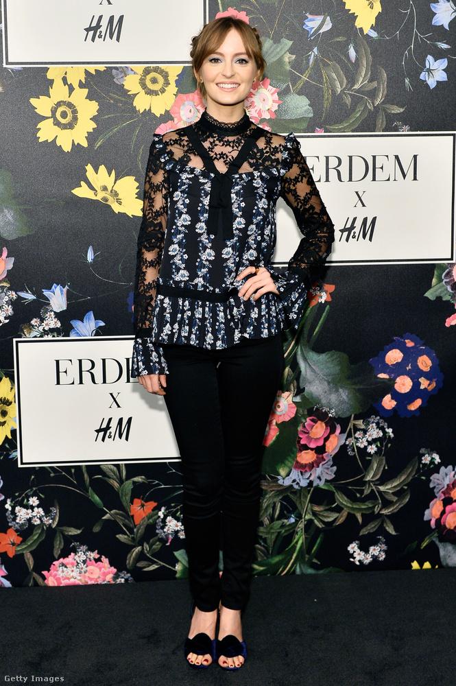 A Jobs-Gondolkozz másképp színésznője, Ahna O'Reilly csipkés-virágos blúzban, amiért 34.990 forintot fognak kérni novembertől a H&M-ben.