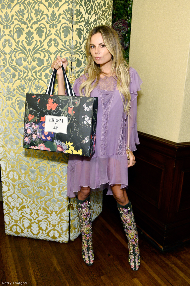 Erica Pelosini celebnő asszimetrikus lila ruhában vásárolt be a helyszínen felállított pop-up storeban.
