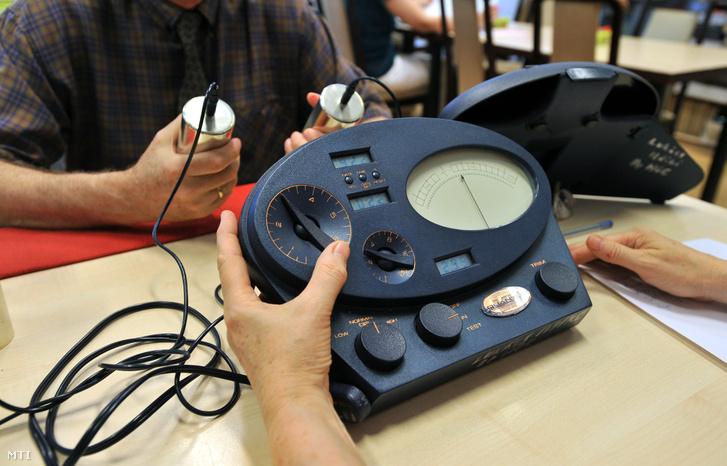 E-meter készülékkel vizsgálnak egy hívõt a Szcientológiai Egyház Paulay Ede utcai épületében 2011-ben.