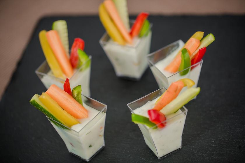 Vágj fel minél színesebb zöldségeket harapható csíkokra, és tálalj hozzá valamilyen mártogatóst! Lehet sajtos, joghurtos vagy kapros, mire a szósz elfogy, a zöldség is el fog.