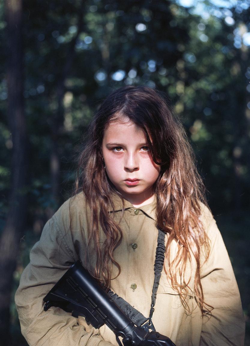 Bartha Máté: KontaktA First Contact hadászati szakkifejezés, amely két szemben álló csapat első fegyveres összecsapását, az első találkozást jelöli. Ugyanezen kifejezést használják a hobbi szintű használatra kifejlesztett, úgynevezett airsoft fegyvert használó csoportok is. Ilyen a Honvédsuli egyesület is, melynek elkötelezett célja 10 és 18 közti fiatalok fegyelemre, hazaszeretetre, bajtársiasságra való nevelése.A kamaszkor ugyanakkor másfajta első találkozások színtere is: találkozás a felelősséggel, elvárásokkal, a másik nemmel. Sorozatom kamaszoknak szóló katonai témájú táborokról tudósít. Gyerekek oktatnak gyerekeket fegyverek használatára. Eközben szabad ég alatt táboroznak, tüzet gyújtanak, kirándulnak, együtt énekelnek. Szereznek néhány horzsolást, kínlódnak a fekvőtámaszokkal, és fegyelmezik egymást. Eltökéltek, máskor lusták, harciasok, szerelmesek