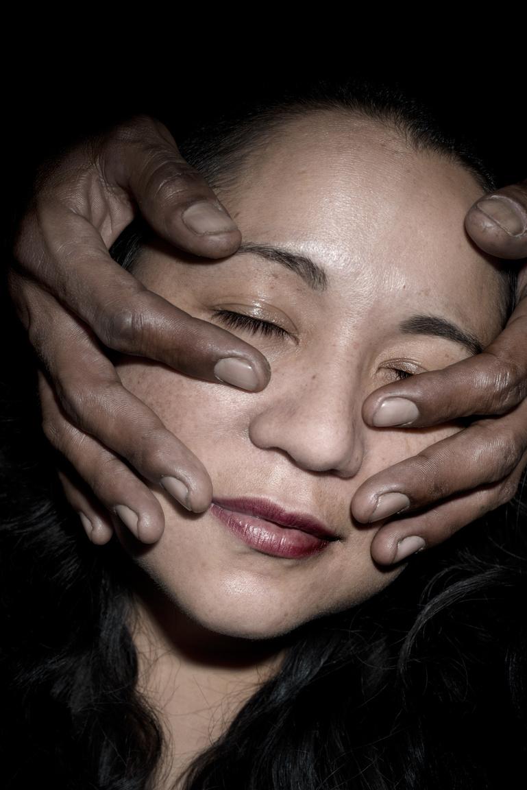 Koleszár Adél: Az erőszak sebeiA sorozat olyan földrajzi helyszíneket ábrázol Mexikóban, ahol az elmúlt években illegális, jelenkori tömegsírokat tártak fel, kontrasztba állítja a sírokkal felsértett tájakat a mentális és fizikai hatásokkal, melyek a helyi nőket az extrém erőszak következményeként érik. A portrékon olyan nők láthatóak, akik ezen környezeti kondícióknak ki vannak téve, alternatív vallásokban, drogban keresnek megnyugvást, vagy a testükön az erőszak fizikai nyomai sebekként megjelennek. Az, hogy nőként egy olyan országban, Mexikóban dolgozom és élek, ami a férfi erő és hatalom intézményei által irányított és dominált, személyesen is érintetté, és sokkal érzékenyebbé formált a helyi nők sorsával kapcsolatban, akik rettentően kiszolgáltatottak nemcsak az intézményi erőszakkal (kormány, bűnözők, narkók), hanem a nemi alapú erőszakkal szemben is, a saját családjuk és intim partnereik által. Csakúgy, mint a természet, a tömegsírok fizikai helyszínei, úgy a nők testileg és mentálisan is bántalmazottak.