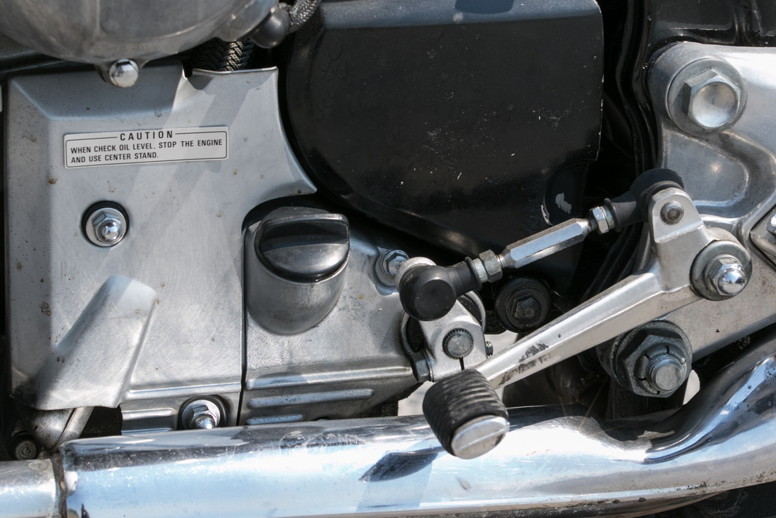 Még a Honda se lehet mindenben tökéletes: néhány grammatikai hibával az olajszint ellenőrzését leíró, angol nyelvű matrica