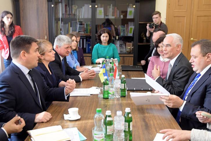 Balog Zoltán, az emberi erőforrások minisztere csütörtökön Kijevben Lilija Hrinevics ukrán oktatási miniszterrel és Pavlo Klimkin külügyminiszterrel folytatott tárgyalásokat