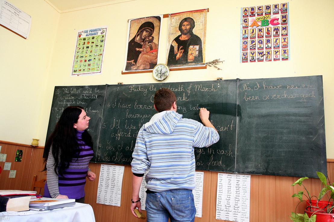 Margitics Marianna tanárnő angol nyelvből felelteti tanitványát a karácsfalvai Sztojka Sándor Görög Katolikus Líceumban.