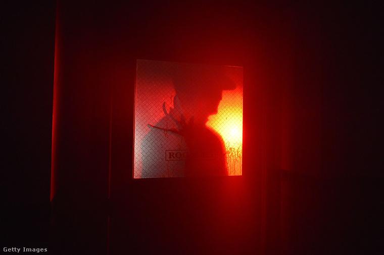 De természetesen nem csak AZzal lehet találkozni a horrorkirándulás során, itt például Freddy Kruger készül ránktörni az ajtó mögül.