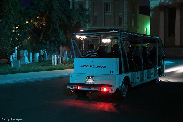 Ezzel a busszal furikázták a résztvevőket.