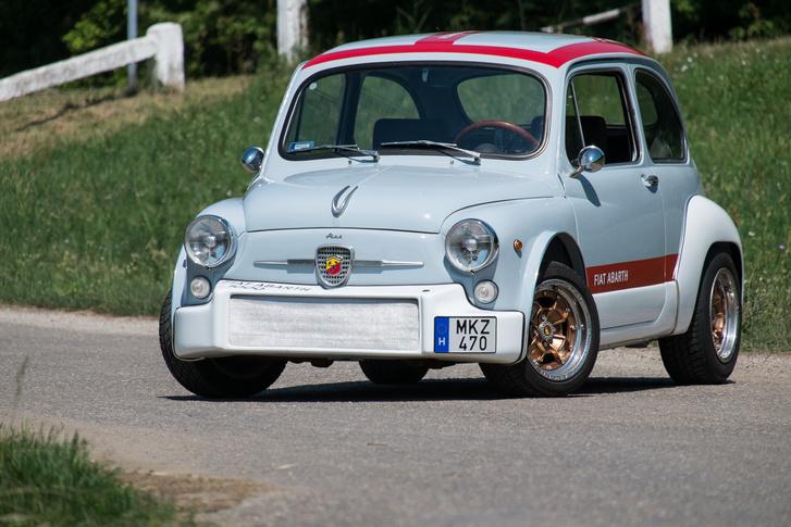 Homályosan felismerni benne a 600-as Fiatot