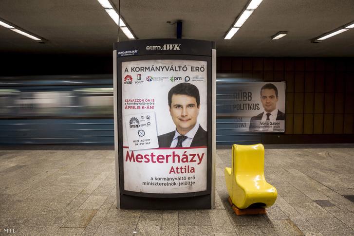 Az ellenzéki összefogás Mesterházy Attila miniszterelnök-jelöltet és a Jobbik Vona Gábor pártelnököt ábrázoló országgyűlési választási plakátja Budapesten a Lehel téri metróállomáson 2014. április 1-jén.