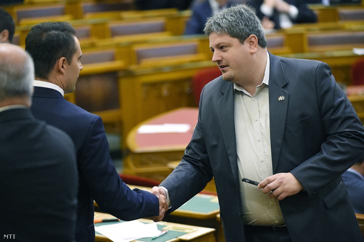 Bárándy Gergely az MSZP képviselője (j) és Vona Gábor a Jobbik elnöke frakcióvezető-helyettese kezet fog az Országgyűlés plenáris ülésén 2017. október 3-án.