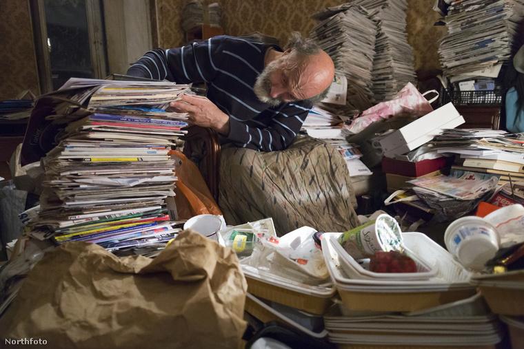 Jean bizonyára sokat olvas, ha ezt az összes újságot kiolvassa.