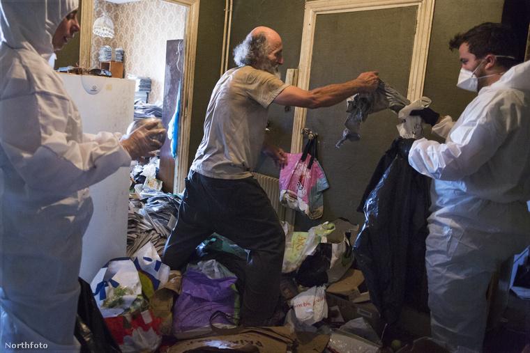Jean számára biztosan nehéz lehet, amikor zsákokba szednek és elvisznek mindent, amit ő már egy éve gyűjtöget