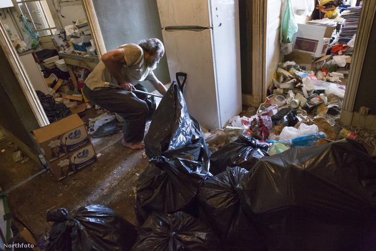 Természetesen közegészségügyi okoknál fogva a hatóságok nem hagyhatják, hogy Jean így éljen, ezért évente egyszer takarítók jönnek ki a lakásra, és kidobnak mindent, majd kipucolják a helyiségeket, amennyire lehet.
