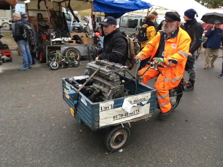 A bácsi a motoros triciklivel együtt volt bérelhető. Pörgött is rendesen, nagy a terület, és aki nehéz koncra teszi rá a mancsát, a hóna alatt nem tudja kivinni azt a kocsijához