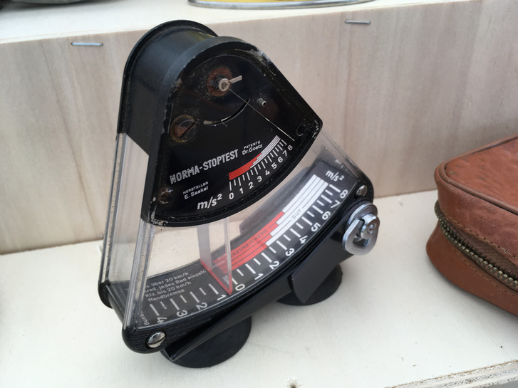Ez a fura eszköz egy lassulásmérő. Járművek fékberendezését lehet ellenőrizni vele