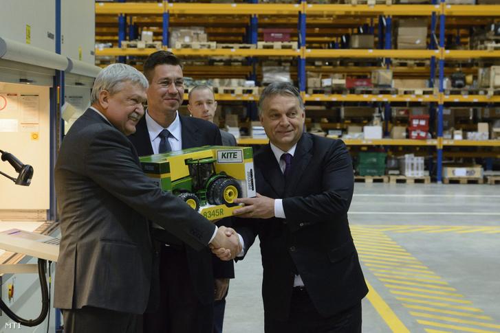 Orbán Viktor miniszterelnök, Csányi Sándor az OTP Bank elnök-vezérigazgatója és Szabó Levente a KITE Zrt. vezérigazgatója a KITE Zrt. logisztikai központjának átadási ünnepségén Nádudvaron 2014. november 25-én.