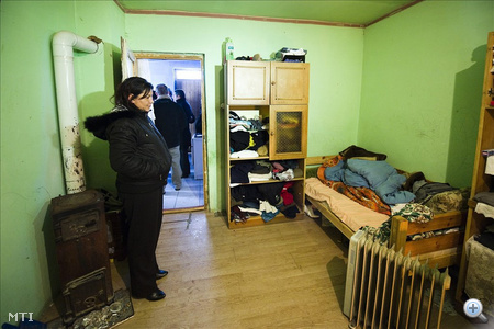 Lakatos Anikó áll abban a szobában ahonnan az ágy alól vasárnap késő délután féltestvérét Horváth Istvánt elvitték a rendőrök