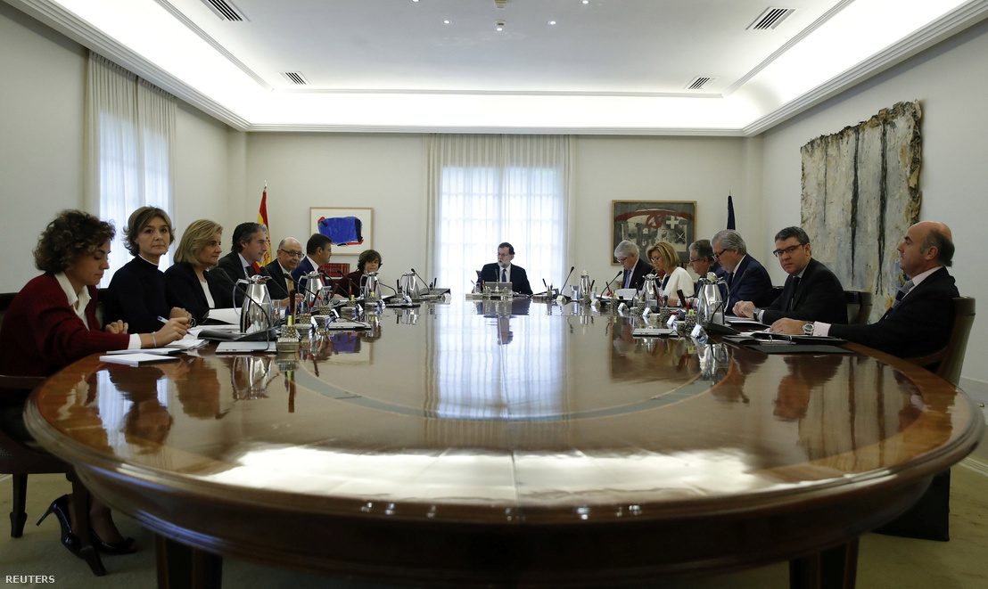 Mariano Rajoy spanyol miniszterelnök a kormány rendkívüli ülésén Madridban 2017. október 21-én.