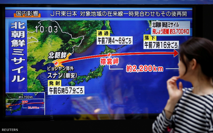 Járókelő figyeli egy monitoron az észak-koreaiak által Japán felé kilőtt rakétát Tokióban, szeptember 15-én