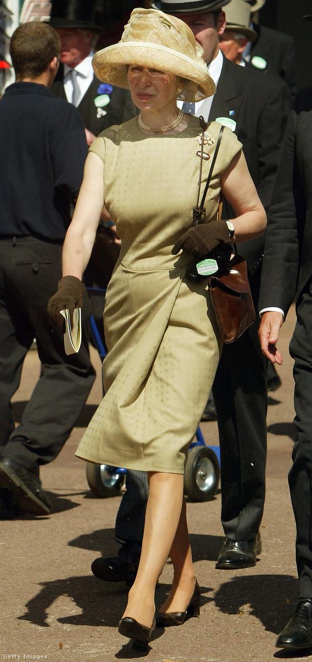 Barnával kombinált bézs színű ujjatlan ruha a 2004-es ascoti derbin.
