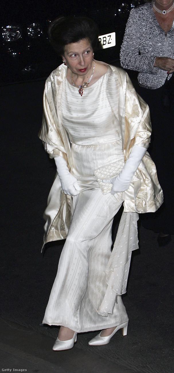Fehér selyemruha a Festival of Trees Gala vacsorán 2004-ben Londonban.