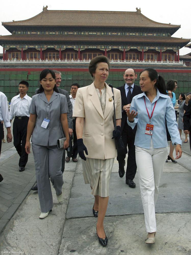 Előnytelen rövid ujjú blézerben tekintette meg Pekinget 2005-ben.