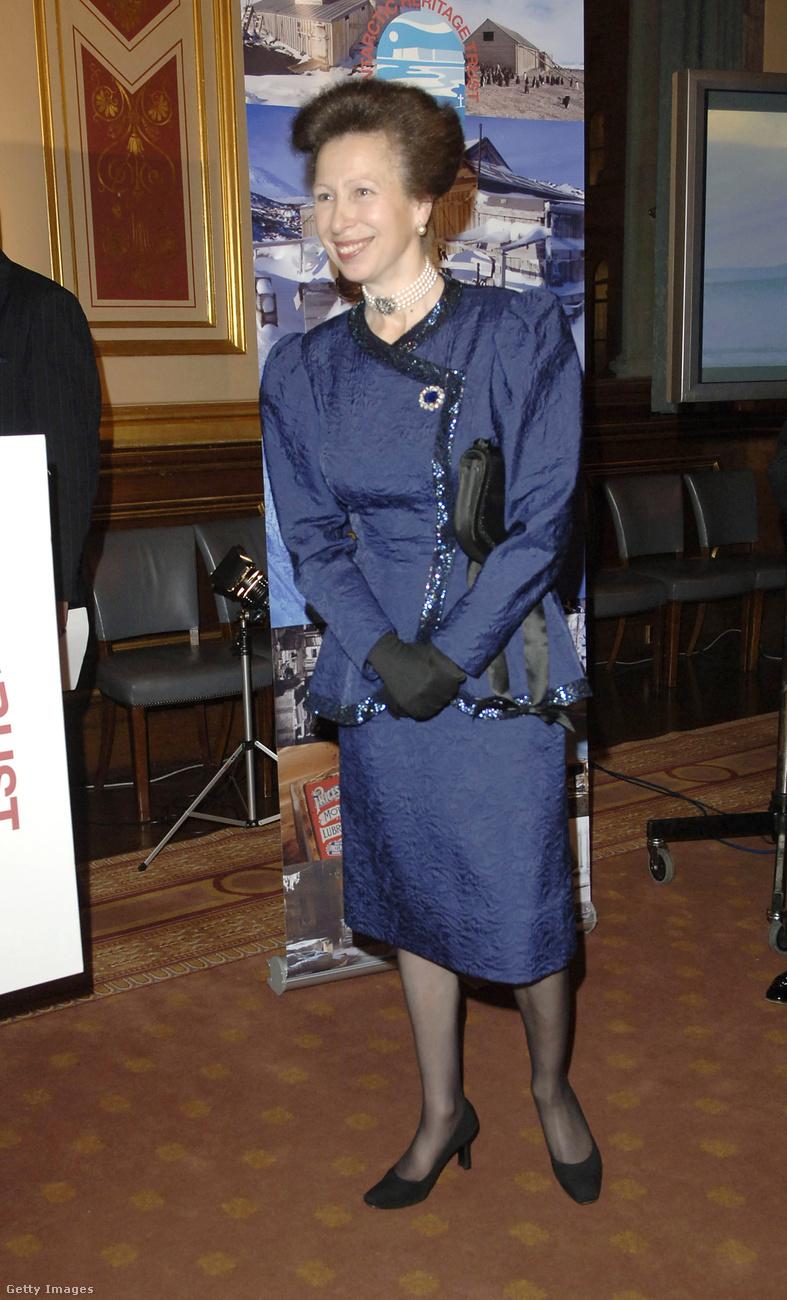 Nem, nem a 90-es években viselte ezt a liláskék kosztümöt, hanem 2005 októberében.
