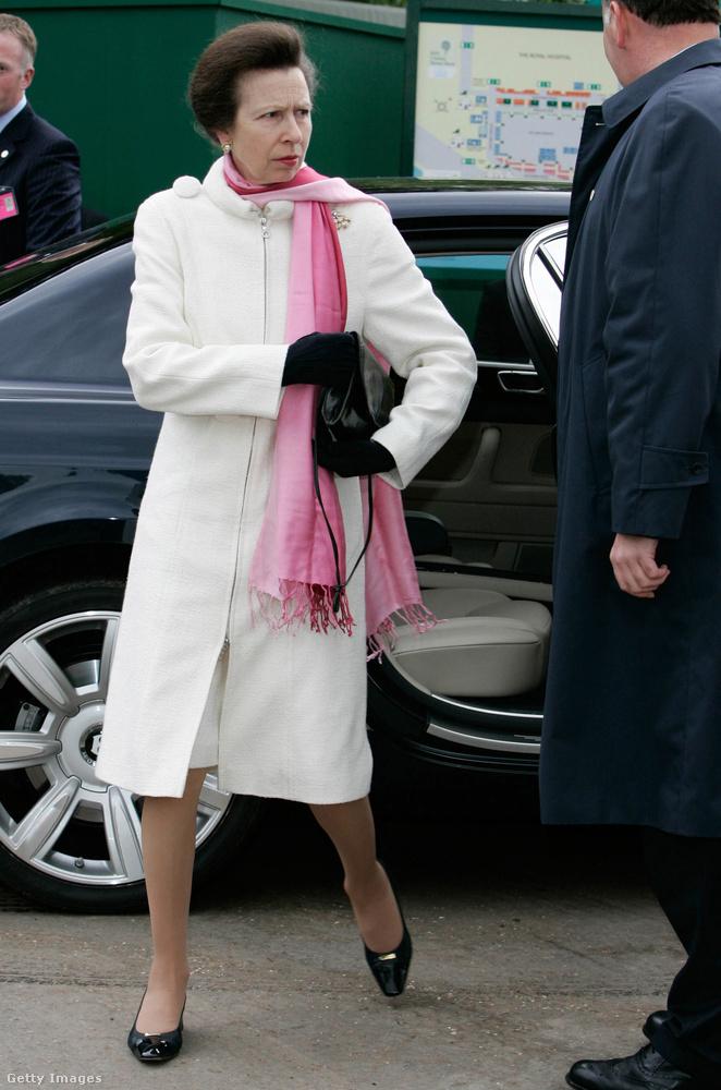 Rózsaszín sállal kombinált térd alatt elvágott fehér kabát 2006-ban.
