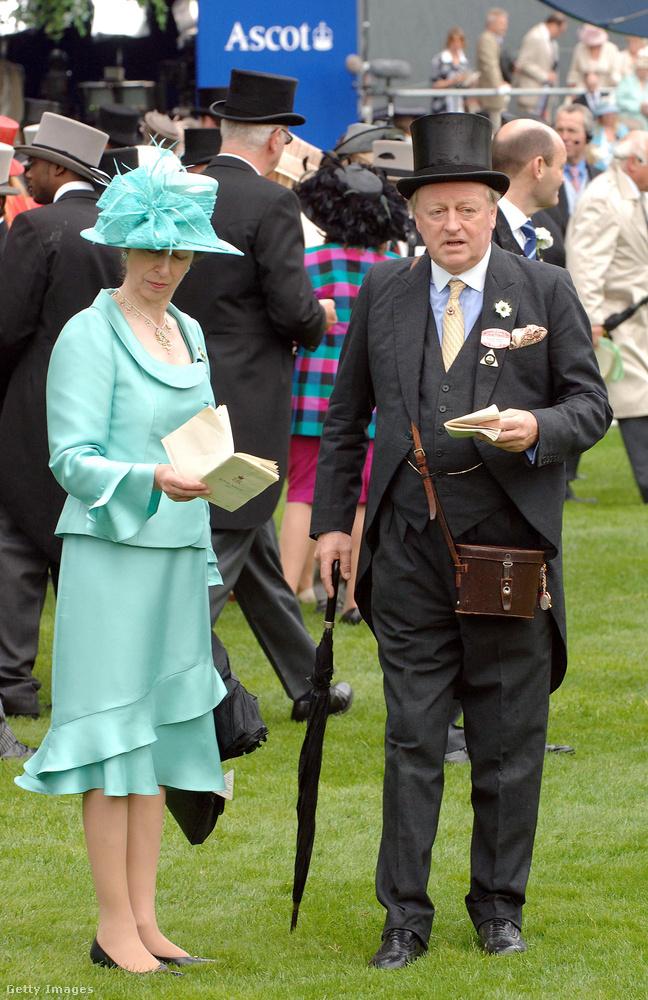 Mentazöld kosztüm kalappal és fodrokkal a 2007-es Ladies Day-en Ascotban.