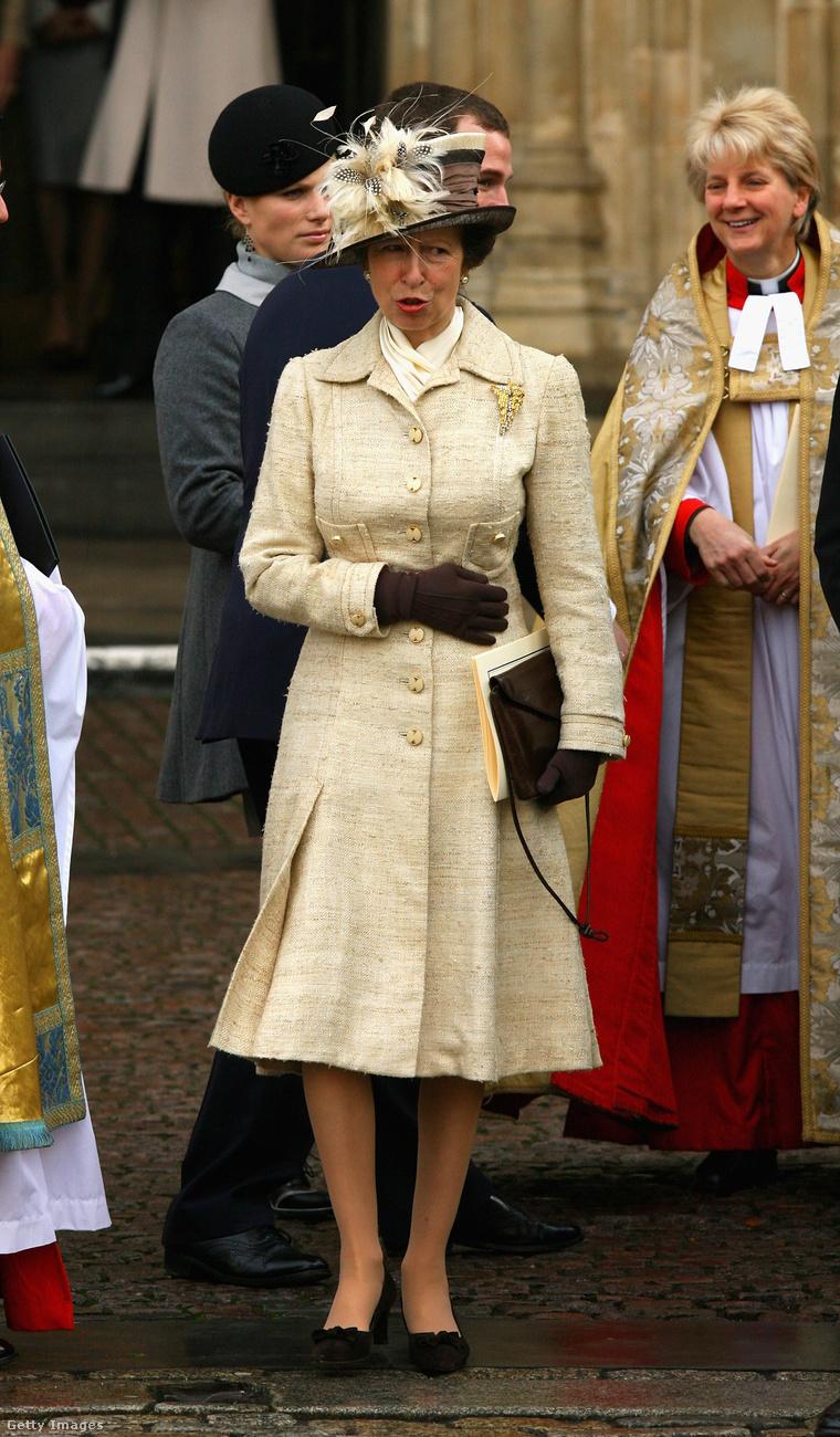 Klasszikus krémszínű kabátruha a Westminster Abbey-ben 2007-ben.