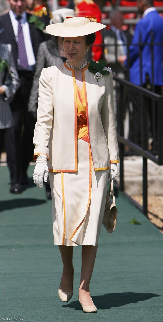 Narancs-fehér összeállítás a 2008-as Founders Day Parade-on.
