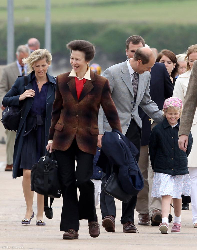 A most 67 éves hercegnő a wikipédia.org szerint születésekor a brit trón harmadik várományosa volt (anyja és bátyja után), anyja trónra lépése után pedig a második, jelenleg az Egyesült Királyság trónöröklési rendjében a tizenkettedik.