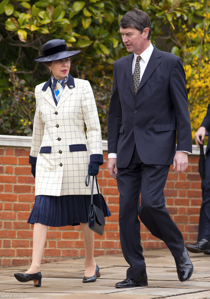 Fekete-fehér kockás kabát és térd alatt elvágott szoknya 2012-ben Windsorban.