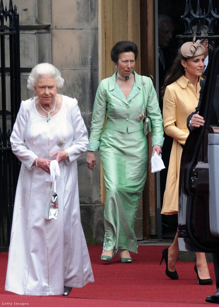 Földig érő mentazöld  ruha Edinburghban 2012-ben.