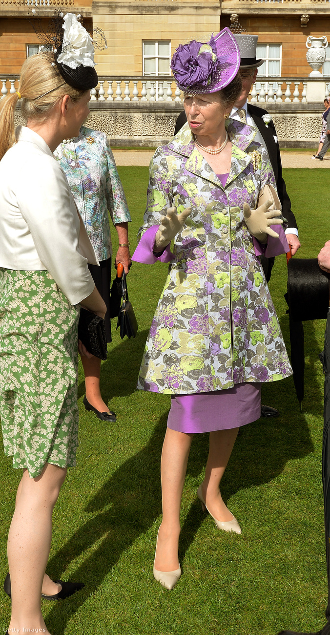 Lila ruha és virágos kabát a 2012-es Ladies Day-en Ascotban.