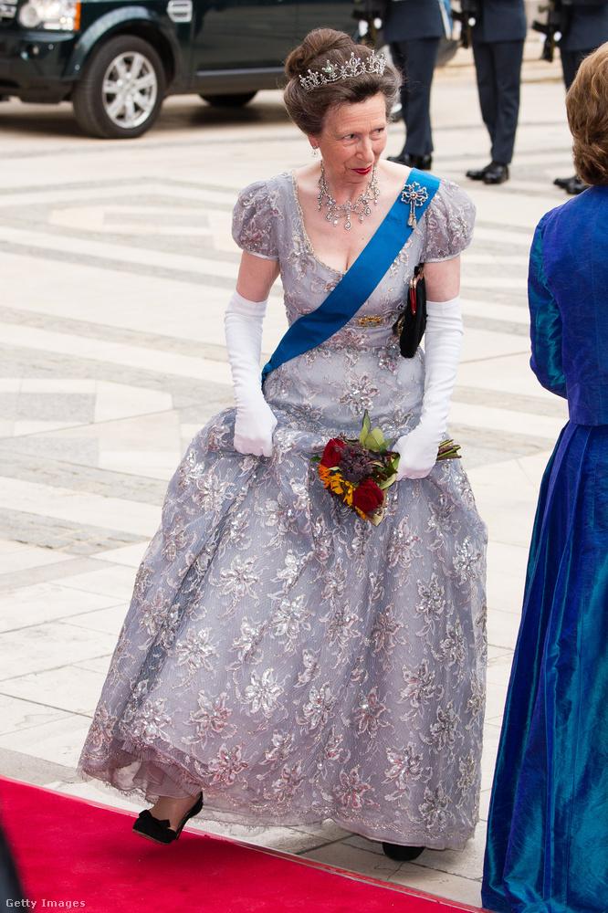 Nehéz elhinni, hogy de ebben a 80-as éveket idéző hercegnős ruhában fogadta a spanyol királyi családot 2017 júliusában.